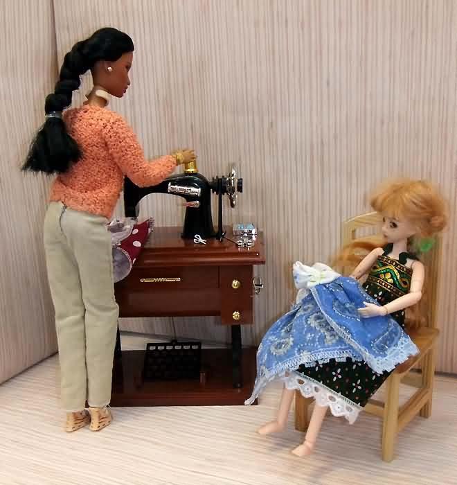 Как сшить платье для куклы на швейных машинках 103